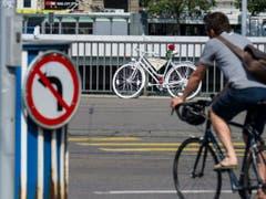 Bei den Radfahrern ist die Zahl der Unfälle mit Schwerverletzten im Gegensatz zu den Autoinsassen nicht zurückgegangen. (Bild: KEYSTONE/ENNIO LEANZA)