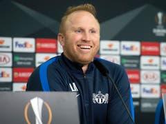 Gewohnt locker stand der FCZ-Trainer Ludovic Magnin den Medien an der Pressekonferenz in Leverkusen Red und Antwort (Bild: KEYSTONE/MELANIE DUCHENE)