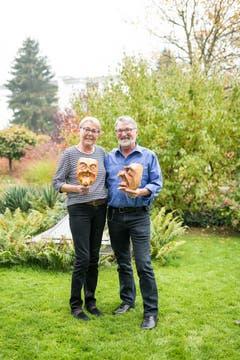 Im Bild ist der neue Gallivater 2019 René Flad mit seiner Frau Irène Flad-Amstutz in ihrem Garten mit 2 Krienser Mask