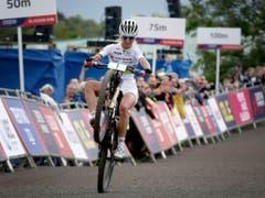 Jolanda Neff überquerte die Ziellinie an der Mountainbike-EM auf einem Rad und vor allem als Siegerin. Dies trug ihr den Award als Schweizer Radsportlerin des Jahres 2018 ein (Bild: KEYSTONE/AP PA/JANE BARLOW)