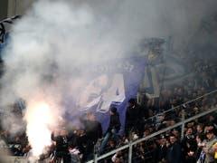 Die FCZ-Fans fühlen sich fast wie zuhause im Letzigrund und feuern in Leverkusen Pyros ab (Bild: KEYSTONE/EPA/FRIEDEMANN VOGEL)