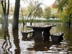 Land unter auf einem Picknickplatz am Ufer des Lago Maggiore. (Bild: KEYSTONE/TI-PRESS/ALESSANDRO CRINARI)