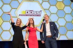 Moderatorin Annina Campell (Mitte) mit Karin und Marco Gössi, den Gewinnern des Publikumspreises.