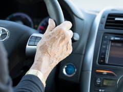 Fehlerhaftes Verhalten am Steuer ist Ursache für die meisten Unfälle mit schweren Personenschäden. (Bild: KEYSTONE/GAETAN BALLY)