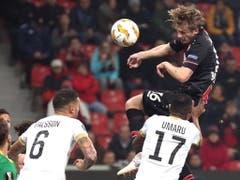 Leverkusens Verteidiger Tin Jedvaj köpfelt zum 1:0 ein (Bild: KEYSTONE/EPA/FRIEDEMANN VOGEL)