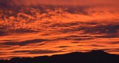 Wolken im Abendrot über dem Tannenberg. (Leserbild: Hans Adelmann - 24. Oktober 2018)