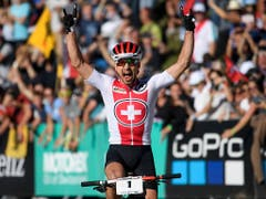 Nino Schurter jubelt in Lenzerheide über seine siebte Goldmedaille im Cross-Country (Bild: KEYSTONE/GIAN EHRENZELLER)