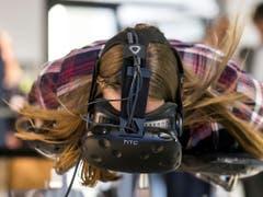 Eine Besucherin testet den Skeleton-Simulator mit der Virtual-Reality-Brille. (Bild: Alexandra Wey / Keystone (Luzern, 8. November 2018))