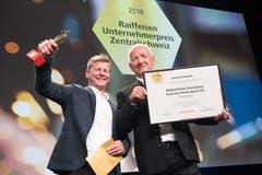 Freude über den «Goldenen David» und das Preisgeld: Thomas von Rickenbach mit seinem Vater Paul von Rickenbach bei der Übergabe des Unternehmerpreises. (Bilder: Eveline Beerkircher)