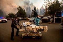 Patienten müssen in Paradise evakuiert werden. (AP Photo/Noah Berger)