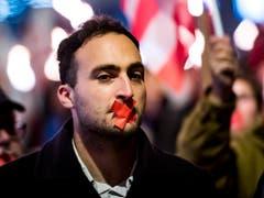 Demokratie verletzt: Valentin Zuber, Sprecher des Komitees «Moutier ville Jurassienne» mit zugeklebtem Mund an der Kundgebung in dem Städtchen. (Bild: KEYSTONE/JEAN-CHRISTOPHE BOTT)