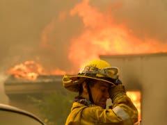 Die Feuerwehrleute in den Brandgebieten stehen im Dauereinsatz. Hier in Malibu. (Bild: KEYSTONE/FR170512 AP/RINGO H.W. CHIU)