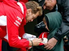 Sebastian Vettel nimmt sich Zeit, um noch Autogramme für die Kleinsten zu schreiben (Bild: KEYSTONE/AP/ANDRE PENNER)