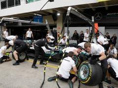 Auch am Mercedes von Weltmeister Lewis Hamilton wird noch tüchtig geschraubt (Bild: KEYSTONE/AP/ANDRE PENNER)