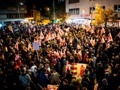 Schweigend durch Mputier: Der Kundgebungszug gegen die Ungültigerlkärung des Wechsels des Städtchens zum Kanton Jura. (Bild: KEYSTONE/JEAN-CHRISTOPHE BOTT)