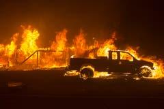 Ein Auto in Flammen. (EPA/PETER DASILVA)