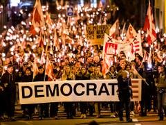 Mit Licht und zugeklebten Mündern gegen den Entscheid der Berner Regierungsstatthalterin: Kondgebungszug in Moutier. (Bild: KEYSTONE/JEAN-CHRISTOPHE BOTT)