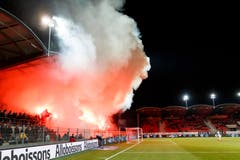 Die Rauchschwaden steigen von der Zuschauertribüne über das Stade de Tourbillon in Sion. (KEYSTONE/Cyril Zingaro)