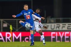 Der Luzerner Christian Schneuwly gegen Xavier Kouassi vom FC Sion. (Martin Meienberger/freshfocus)