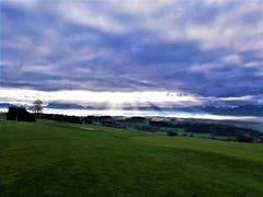 Ein Sonnenlicht- und Wolkenspektakel. (Bild: Urs Gutfleisch (Hildisrieden, 1. Dezember 2018))