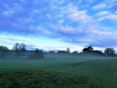 Mystische Morgenstimmung mit der Wallfahrtskapelle Maria Mitleiden in Neudorf. (Bild: Urs Gutfleisch (1. Dezember 2018))