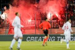 Die Zuschauer im Stade de Tourbillon in Sion. (KEYSTONE/Cyril Zingaro)