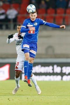 Der Luzerner Verteidiger Silvan Sidler spielt einen Kopfball. (KEYSTONE/Cyril Zingaro)