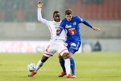 Pascal Schürpf kämpft gegen Sions Mittelfeldspieler Christian Zock. (KEYSTONE/Cyril Zingaro)