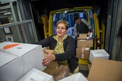 Jasmine Birrer räumt den Lieferwagen ein. (Bild: Dominik Wunderli (Rothenburg, 6. Dezember 2018))