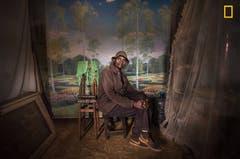 Dieses Bild zeigt David Muyochokera, einen Fotografen in Kenia, dessen Studio schliessen musste. «Leute fotografieren mittlerweile alles selber, mit ihren Smartphones.» (Bild: National Geographic/Mia Collis)