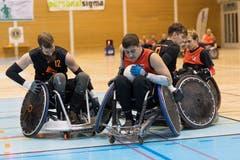In den dunklen Shirts die Pilatus Snakes, in den orange Shirts die Dragons Freiburg. Am Ball ist Mark Pape (5), links mit der 12 David Amsler. (Bild: Roger Grütter (Nottwil, 8. Dezember 2018))