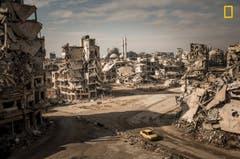 Dieses Bild entstand in Homs, Syrien und zeigt die Kriegszerstörung im Stadtteil Khalidiya. Christian Werner kletterte dafür auf eine Ruine. (Bild: National Geographic/Christian Werner)