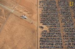 Tausende VW- und Audi-Autos sind in der kalifornischen Wüste geparkt. Nach dem Abgas-Skandal musste der Hersteller Millionen Autos zurückrufen. (Bild: National Geographic/Jassen Todorov)