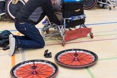 Vor dem Spiel wird nochmals am Rollstuhl geschraubt. (Bild: Roger Grütter (Nottwil, 8. Dezember 2018))