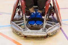"""Im Bild die Front eines """"offensiven"""" Rollstuhls. Optimiert auf Geschwindigkeit und mit Blech verkleidet, damit sich Verteidiger nicht einhaken können. (Bild: Roger Grütter (Nottwil, 8. Dezember 2018))"""