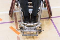 """Im Bild die Front eines """"defensiven"""" Rollstuhls mit einem Bumper. Optimiert auf """"Rammstösse"""" und Verteidigung. (Bild: Roger Grütter (Nottwil, 8. Dezember 2018))"""
