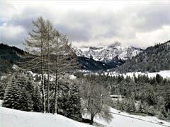 Wunderbare Aussicht auf die verschneite Winterlandschaft und auf die Pilatuskette, die teilweise von Wolken abgedeckt wird. (Bild: Urs Gutfleisch (Eigenthal, 10. Dezember 2018))