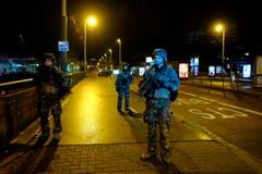 Soldaten sichern die Strasse in Strassburg. (Bild: AP Photo)
