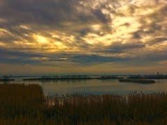 Die Wolken lockern sich auf an der Rheinmündung. (Bild: Toni Sieber)