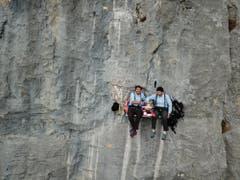 Bruno Leuzinger und Beat Walker geniessen ihr Fondue in einer Felswand am Fusse des Kaiserstocks beim Klausenpass. (Bild: Bruno Leuzinger (21. November 2018))