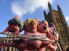 EU-Befürworter kritisieren vor dem britischen Parlament das Brexit-Monster. (Bild vom 11. Dezember) (Bild: KEYSTONE/EPA/ANDY RAIN)