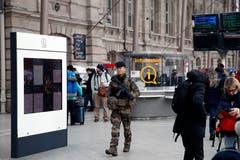 Einsatzkräfte sind in der gesamten Stadt präsent. (Bild: AP/Christoph Ena)