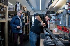 Thomas und Sandro (rechts) Koller bei der Montage einer Bindungsplatte in ihrer Werkstatt in Engelberg. (Bild: Corinne Glanzmann, Engelberg, 11. Dezember 2018)