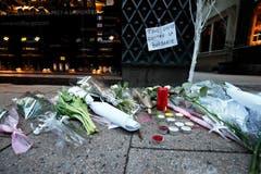 Blumen und Kerzen am Ort, wo eine Person getötet wurde. (Bild:EPA/RONALD WITTEK)