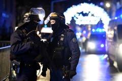 Polizisten stehen Wache nahe des Weihnachtsmarktes am Dienstagabend, nachdem ein Mann auf mehrere Menschen geschossen hat. (EPA/Patrick Seeger)