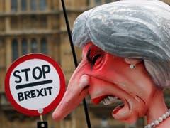 EU-Befürworter protestieren in London mit einer Karikatur von Premierministerin Theresa May auch am Mittwoch gegen den Brexit. (Bild: KEYSTONE/AP/FRANK AUGSTEIN)