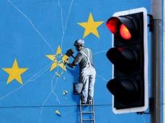Wandbild in Dover des Street-Art-Künstlers Banksy. EU-Vertreter hatten am Dienstag erklärt, es gebe keinen Raum für Neuverhandlungen des Brexit-Abkommens. (Bild: KEYSTONE/AP PA/GARETH FULLER)
