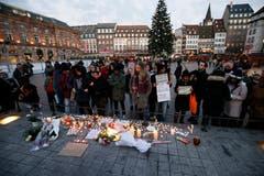 Menschen trauern um die Verstorbenen. (Bild:EPA/RONALD WITTEK)