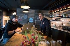 Sandro und Thomas (rechts) Koller in der Café-Bar in ihrer Homebase in Engelberg. (Bild: Corinne Glanzmann, Engelberg, 11. Dezember 2018)