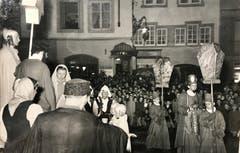 Mit den Jahren nahm nicht nur die Zahl der Darsteller und Sänger, sondern auch die der Zuschauer zu. (Bild: Chronik der Sternsinger 1948 (Stadtarchiv/D131))